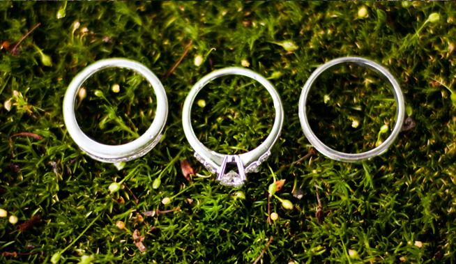weddin-rings-on-moss